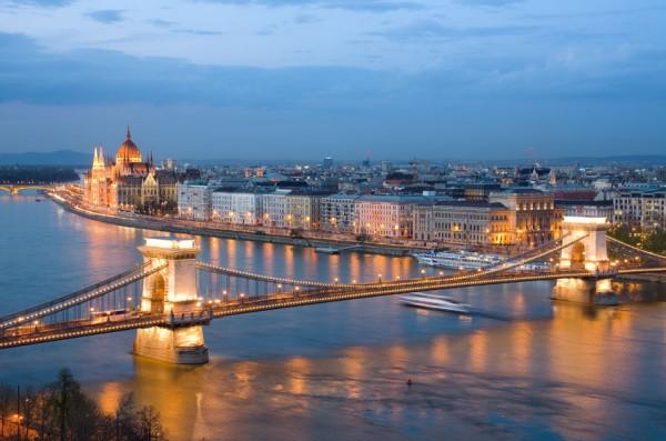 Будапешт, ночной вид на Цепной мост на реке Дунай и город Пешт
