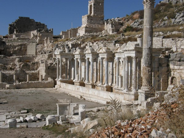 Развалины храма Тихе на площади агоры