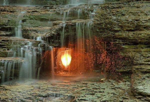 «Водопад вечного огня» в штате Нью-Йорк