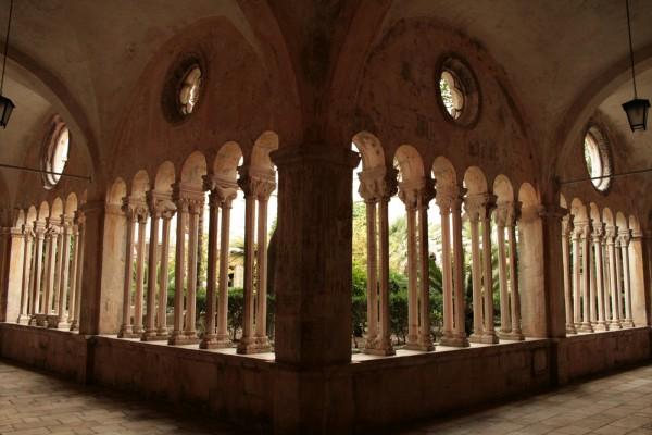 Внутренняя галерея Францисканского монастыря