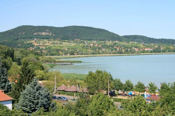 Вид на Бадачоньтомайе и озеро Балатон